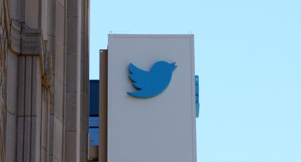 Photo of «تويتر» يحذف كلمات ترتبط بالعنصرية مثل «سيد» و«عبد»