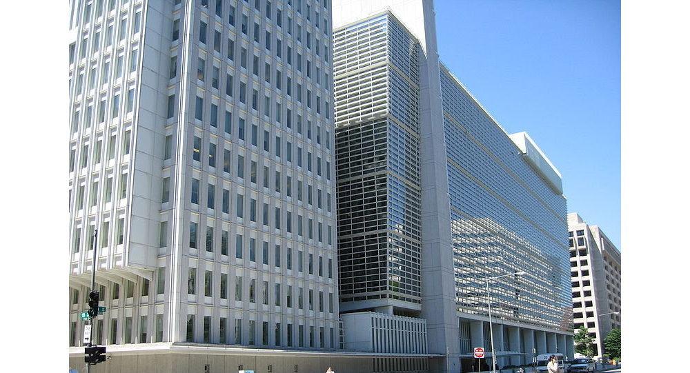 Photo of البنك الدولي: إنقسام المصرف المركزي وتباين السياسة المالية أدى لتفاقم الأزمات الإقتصادية باليمن