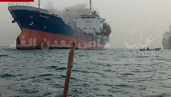 """Photo of """"فيديو"""" نشوب حريق في ناقلة نفط قبالة سواحل عدن"""
