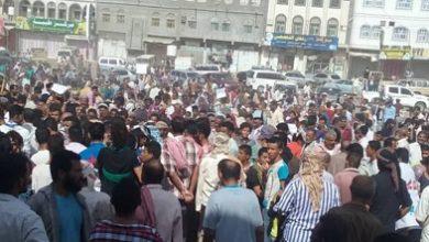 """Photo of """"فيديو"""" .. لحج .. محتجون ينددون بتدهور الوضع المعيشي ويرددن هتافات مناوئة للملك السعودي"""