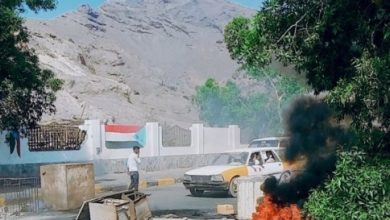 Photo of عدن .. تظاهرة منددة بانهيار الوضع الوضع المعيشي تشل الحركة في كريتر