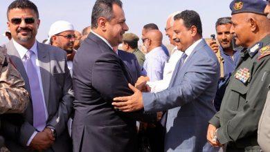 Photo of معين يعود إلى عدن رفقة عدد محدود من الوزراء وسط استمرار سيطرة الانتقالي على المرافق الحكومية