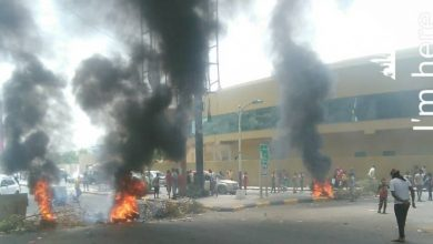 Photo of محتجون غاضبون يغلقون شارع رئيسي في عدن