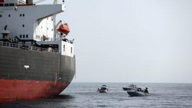 Photo of استهداف سفينة شحن في ميناء على البحر الأحمر