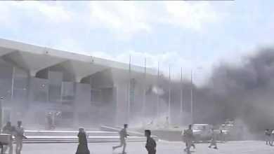 Photo of انفجارات في مطار عدن لحظة وصول الحكومة