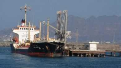Photo of حكومة هادي تستخرج النفط وتصدره .. ناقلة نفط عملاقة تصل ميناء ضبة